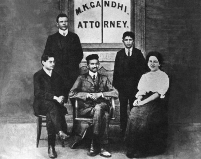 2 de Outubro - Mahatma Gandhi - 1869 – 148 Anos em 2017 - Acontecimentos do Dia - Foto 17 - Gandhi em seu escritório de advocacia na África do Sul.