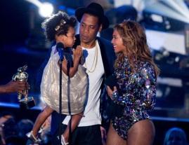 4 de Setembro – Beyoncé - 1981 – 36 Anos em 2017 - Acontecimentos do Dia - Foto 19 - Beyoncé e Jay-Z no palco, com a filha Blue Ivy.