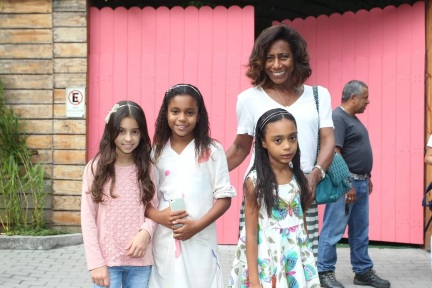 15 de Agosto – Glória Maria - 1949 – 68 Anos em 2017 - Acontecimentos do Dia - Foto 4 - Com as filhas, Laura e Maria, e uma colega delas.
