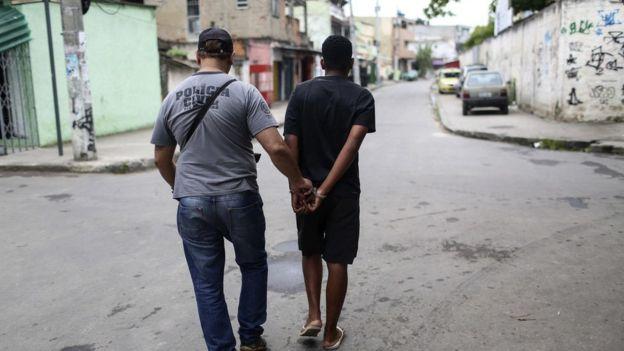 Facções dominaram o tráfico de drogas nos anos 1980 e aprenderam técnicas com presos políticos, diz antropóloga