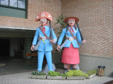 18 de Maio - Figuras de barro na entrada do Museu Luiz Gonzaga - Caruaru (PE) 160 Anos.