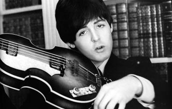 18 de Junho - Paul McCartney - cantor e compositor inglês - sozinho com seu baixo, na época dos Beatles.