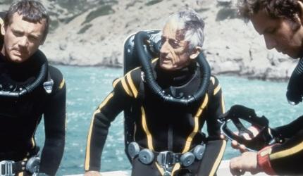 11 de Junho - Jacques Cousteau, explorador e inventor francês - com equipe de mergulho.