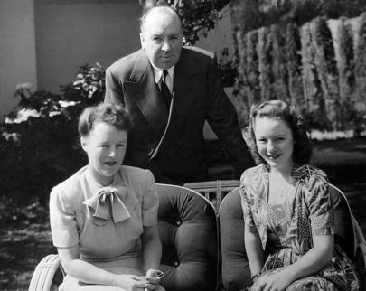 13 de Agosto – Alfred Hitchcock - 1899 – 118 Anos em 2017 - Acontecimentos do Dia - Foto 25 - Hitchcock, com sua esposa, Alma Reville, e a filha, Pat Hitchcock.