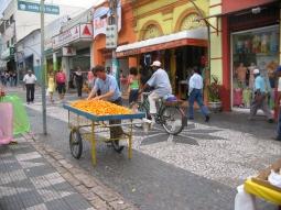 8 de Abril - Vendedor de pequi, nas ruas de Cuiabá - MT.