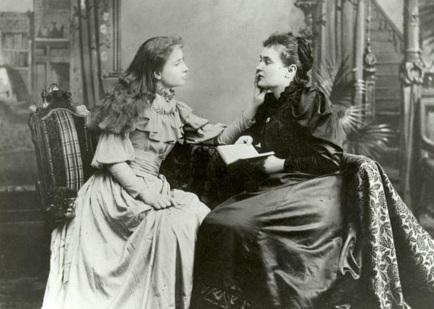 14 de Abril - Anne Sullivan com Helen Keller, adulta.