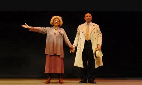23 de Agosto — Tônia Carrero - 1922 – 95 Anos em 2017 - Acontecimentos do Dia - Foto 20 - Tônia Carrero e Mauro Mendonça agradecem o aplauso do público, ao final do espetáculo.