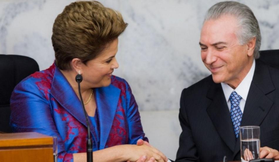 A presidente eleita Dilma Rousseff (PT) é cumprimentada pelo seu vice Michel Temer (PMDB), durante a cerimônia de diplomação dos dois no plenário do TSE, em Brasília