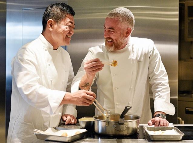 3 de Junho - Os chefs Alex Atala e Yoshihiro Narisawa na cozinha do restaurante Narisawa, em Tóquio.