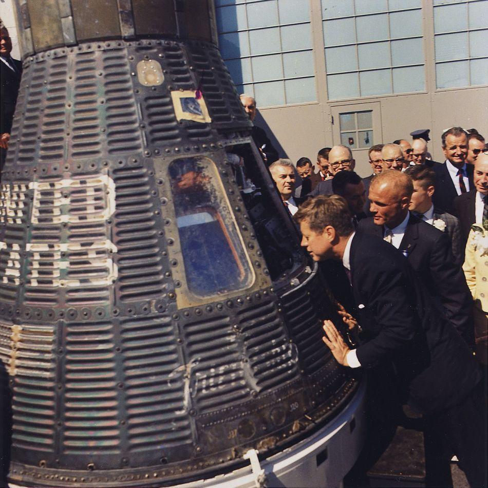 Kennedy com a nave espacial Friendship 7 pilotada pelo astronauta John Glenn, 23 de Fevereiro de 1962