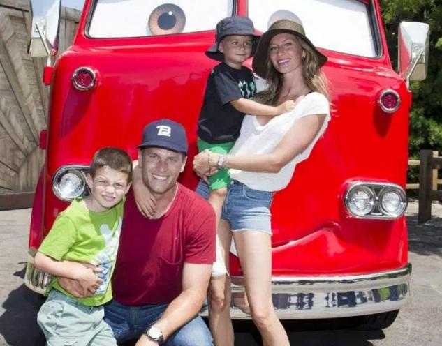 3 de Agosto – Tom Brady - 1977 – 40 Anos em 2017 - Acontecimentos do Dia - Foto 15 - Com sua esposa, Gisele Bundchen e filhos.