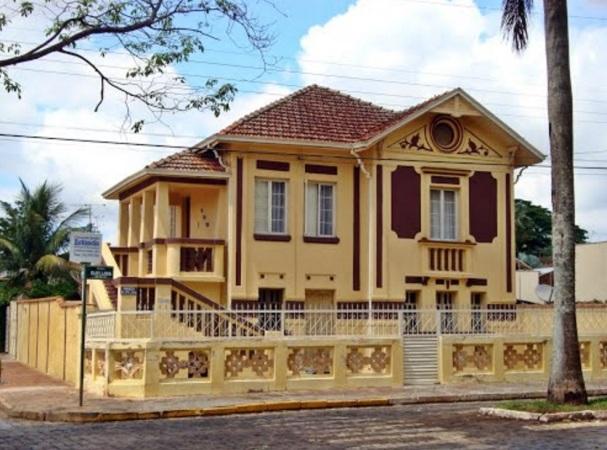9 de Setembro – Casarão com as caracteírsticas arquitetônicas típicas da cidade — Nuporanga (SP) — 156 Anos em 2017.