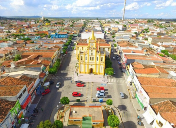 27 de Maio - Foto aérea da Igreja matriz na Praça Central de Tabira (PE) 68 Anos