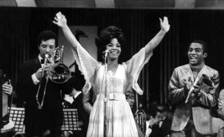 23 de Junho - Elza Soares se apresentando com banda, quando jovem.