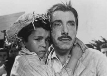 9 de Abril - 1912 - Amácio Mazzaropi, ator - diretor e comediante brasileiro - com garoto no colo.