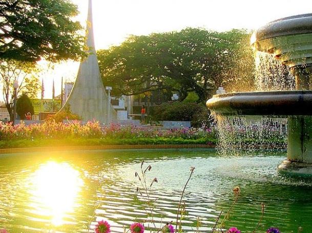 24 de Março - Araras (São Paulo) - Fonte luminosa na Praça Barão de Araras com o Monumento ao Centenário.