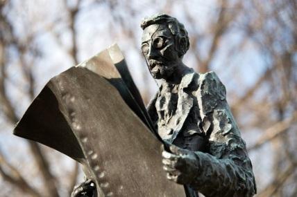 10 de Abril - 1847, Joseph Pulitzer, jornalista, editor húngaro. Monumento em Nova York, próximo à Estátua da Liberdade.