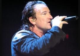 10 de Maio - 1960 - Bono, cantor da banda U2, sem óculos.