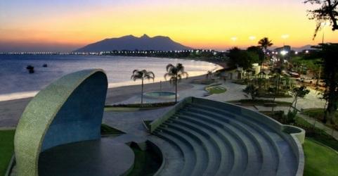 10 de Abril - Rio das Ostras, RJ, anfeteatro aberto, concha acústica.