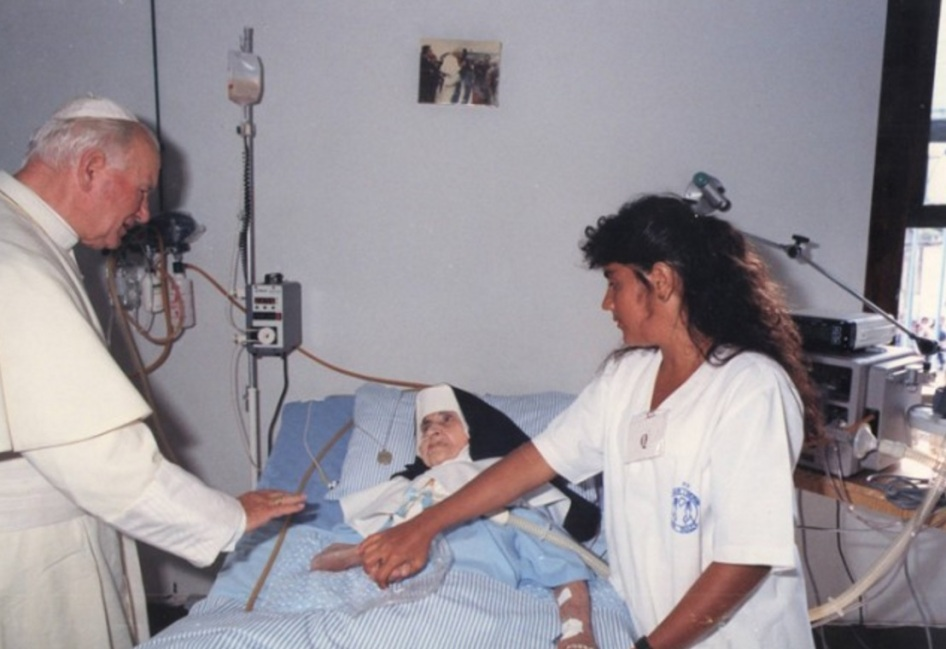 26 de Maio - Irmã Dulce na cama do hospital com o Papa João Paulo II.