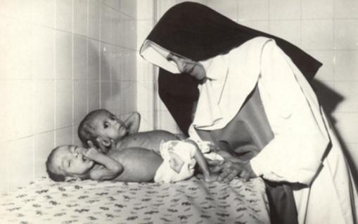 26 de Maio - 1914 – Irmã Dulce, religiosa brasileira - com recém-nascidos.