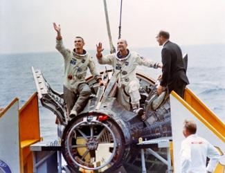 6 de Junho - 1966 - Após três dias em órbita, a nave espacial tripulada Gemini IX, do Projeto Gemini, retorna à atmosfera terrestre.