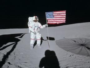 21 de Julho - Alan Shepard hasteia a bandeira dos Estados Unidos em Fra Mauro, na Lua.