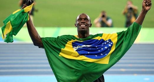 21 de Agosto — CAPA • Usain Bolt - 1986 – 31 Anos em 2017 - Acontecimentos do Dia - Foto 15 - Com a bandeira do Brasil, nas Olimpíadas Rio 2016.