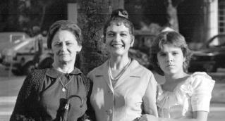 13 de Setembro – Laura Cardoso - 1927 – 90 Anos em 2017 - Acontecimentos do Dia - Foto 10 - 1983 - Da esq. p. dir., Laura Cardoso, Regina Dourado e Marcela Muniz em cena da novela 'P