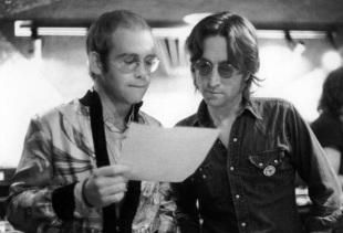 25 de Março - Elton John - músico, cantor e compositor britânico, com John Lennon, dos Beatles.