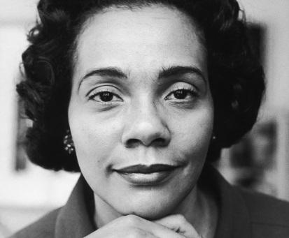 27 de Abril - 1927 — Coretta King, ativista estadunidense em 'close up'.