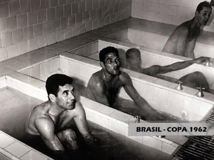 16 de Maio - Nilton Santos, Garrincha, Didi e Gilmar, nas banheiras, na Copa de 1962.