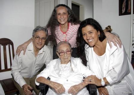 7 de Agosto – Caetano Veloso - 1942 – 75 Anos em 2017 - Acontecimentos do Dia - Foto 12 - Com Dona Canô, Maria Bethânia e Regina Casé.