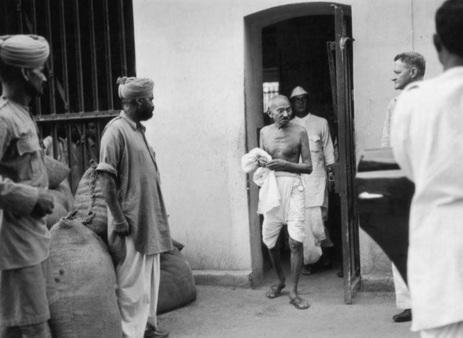 18 de Março - 1922 — Na Índia, Mahatma Gandhi é sentenciado a seis anos de prisão por desobediência civil. Ele ficaria preso apenas por dois anos.