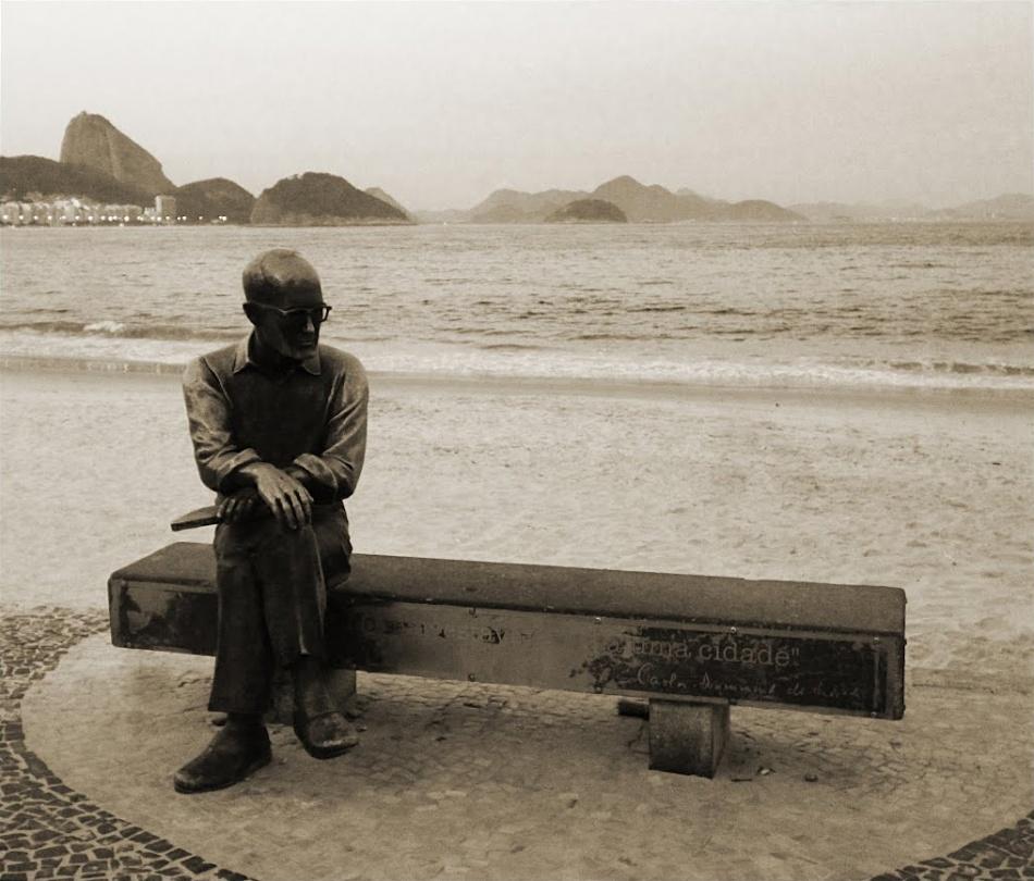 Famosa estátua de Drummond na Praia de Copacabana.