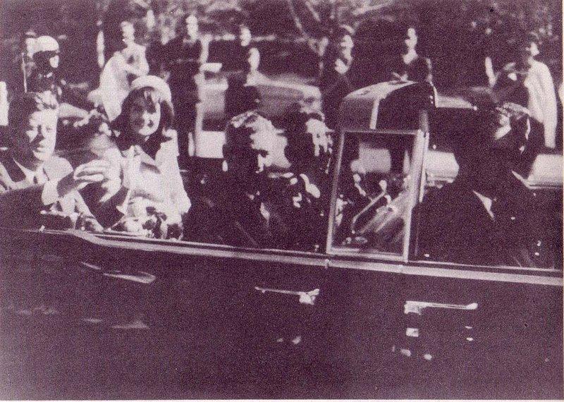 O carro presidencial momento antes do assassinato