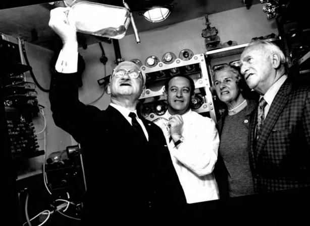 26 de Agosto — Albert Sabin - 1906 – 111 Anos em 2017 - Acontecimentos do Dia - Foto 15 - Albert Sabin analisa amostras com colegas, em 1970.