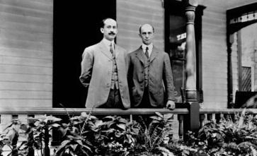 5 de Outubro - 1905 — Os irmãos Wright realizam o primeiro voo circular do mundo (v. também em História da aviação).