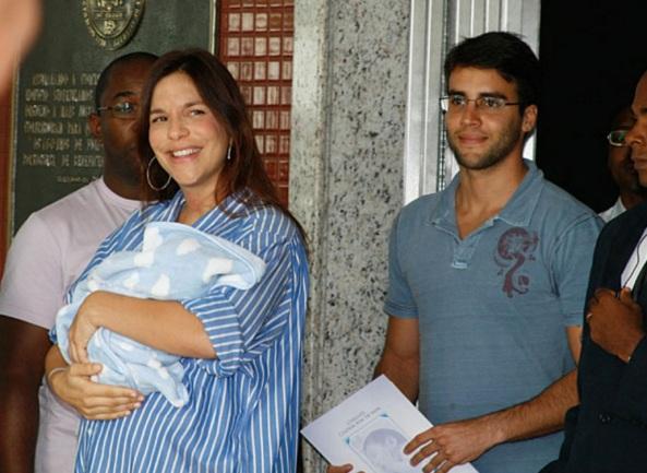 27 de Maio - Ivete deixa a maternidade em Salvador com Marcelo no colo e acompanhada de Daniel Cady.