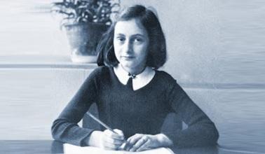 12 de Junho - 1929 – Anne Frank, escritora alemã e vítima judia dos nazistas - Sentada, escrevendo, compenetrada.