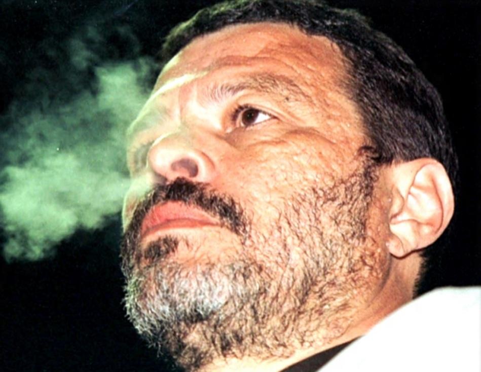 socrates-medico-ativista-e-futebolista-brasilerio-fumando