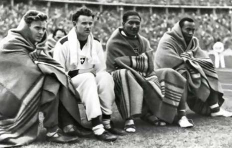 12 de Setembro – Jesse Owens - 1913 – 104 Anos em 2017 - Acontecimentos do Dia - Foto 6 - Olimpíadas de 1936, em Berlim. Jesse e outros atletas se protegem do frio.