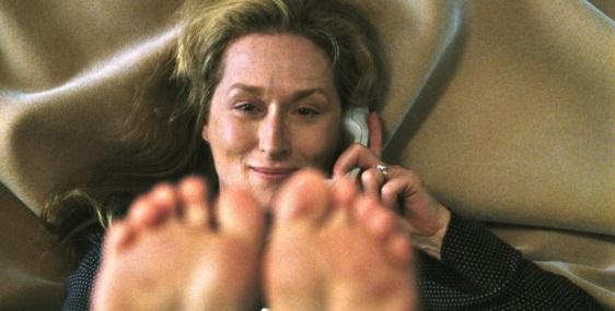 22 de Junho - Meryl Streep, atriz, em cena deitada, falando ao telefone.