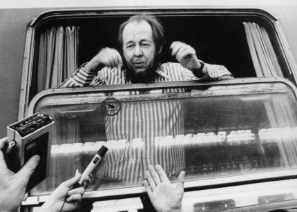 27 de Maio - 1994 – O Nobel de Literatura russo Alexander Soljenítsin regressa à Rússia, após 20 anos de exílio nos Estados Unidos.