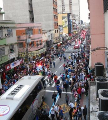 3 de Outubro - Caravana com a Tocha Olímpica dos Jogos Rio-2016 desfilando pela avenida Joaquim Leite — Barra Mansa (RJ) — 185 Anos em 2017.