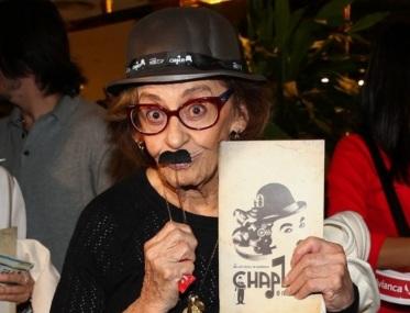 13 de Setembro – Laura Cardoso - 1927 – 90 Anos em 2017 - Acontecimentos do Dia - Foto 20 - 18.mai.2015 - A atriz Laura Cardoso faz graça na estreia de 'Chaplin, O Musical', em São