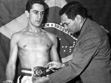 26 de Março - Éder Jofre - ex-boxeador brasileiro, jovem, com o cinturão de campeão.