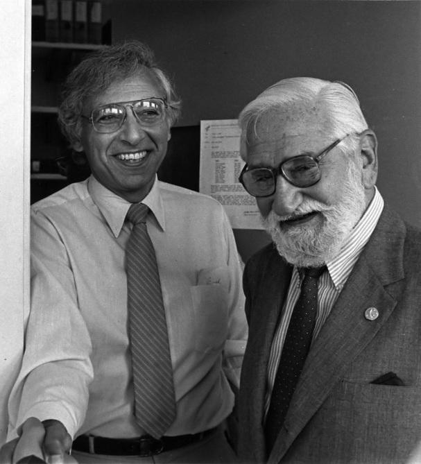 Albert Sabin, médico pesquisador polonês (à direita).