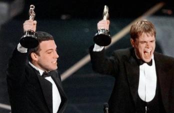 15 de Agosto – Ben Affleck e Matt Damon ganham o Oscar pelo roteiro de 'Good Will Hunting'.