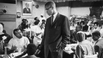19 de Maio - 1925 – Malcolm X, líder negro estadunidense, em lanchonete de sua comunidade.